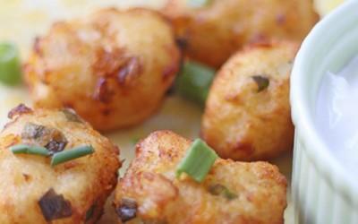 Топли топчиња од компир полети со кашкавал