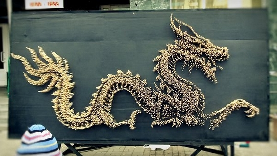 Огромен митски змеј направен од 10.000 кинески стапчиња за јадење