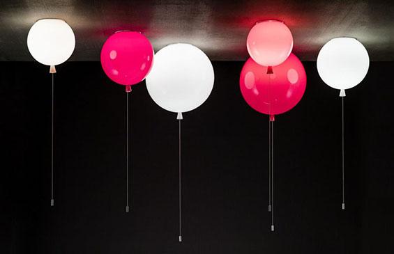 Разиграни светилки во форма на балони со хелиум
