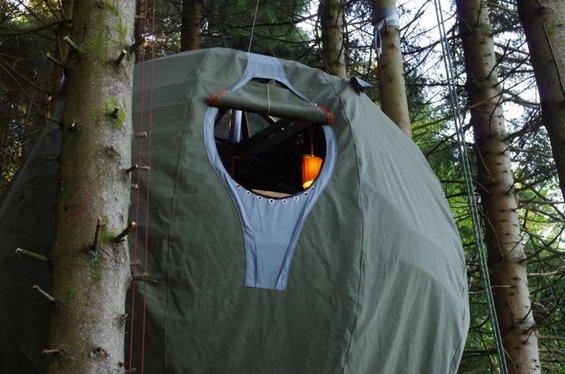 Кампувајте во шатор поставен високо во дрвјата