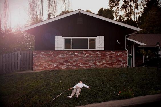Грижлив татко со фотографии од своето аутистично дете