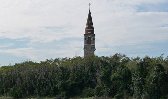 (4) Забранетиот проколнат остров Повеља во Италија