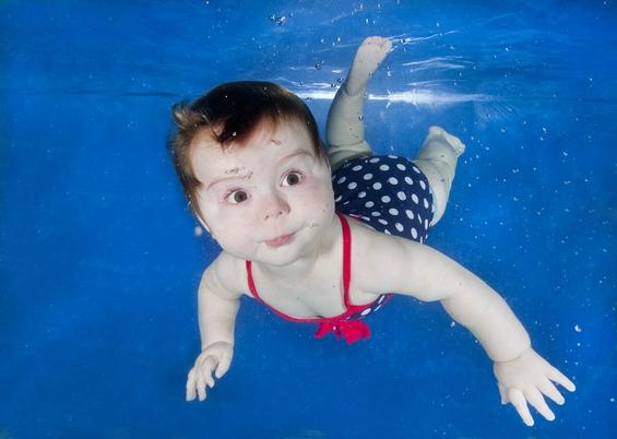 Неодоливи бебешки фотографии направени под вода