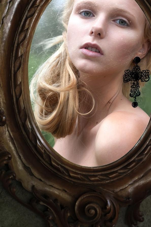 """Девојка """"облечена"""" во фустани нацртани на огледало"""