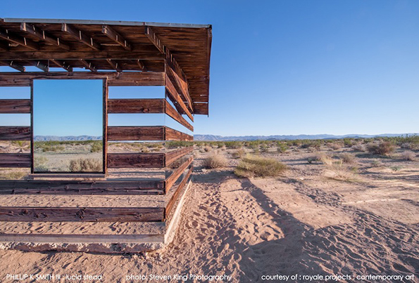Хипонотизирачка колиба во пустина – дење рефлектира, ноќе свети и ги менува боите