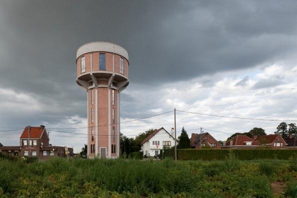 Стара и напуштена кула за вода претворена во дом од соништата