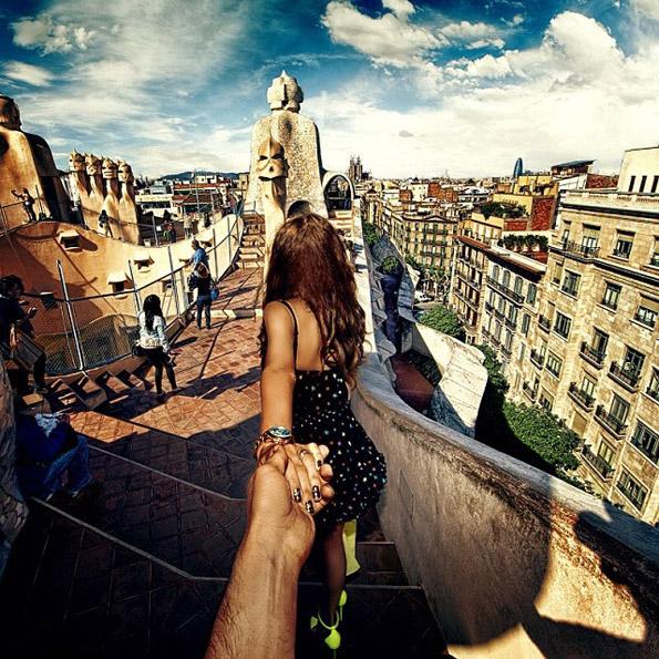 Девојката продолжува да го води фотографот низ светот