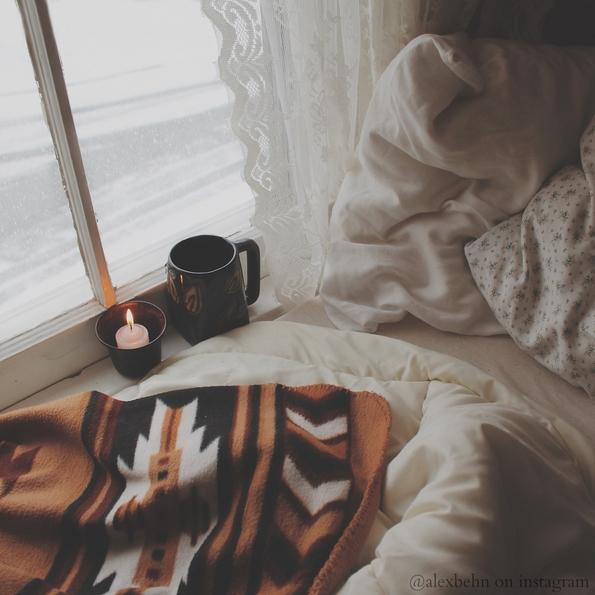 Топла шолја кафе во ладните зимски денови