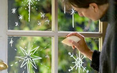 Нацртајте снегулки на прозорците со обичен сапун