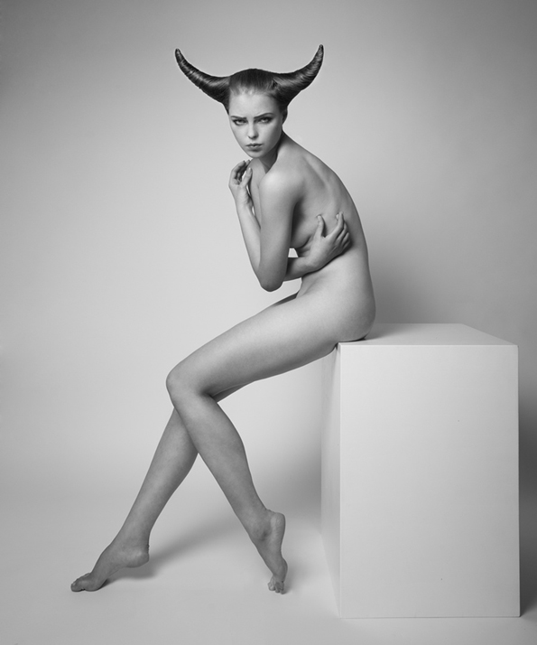 Хороскопските знаци прикажани преку голи жени