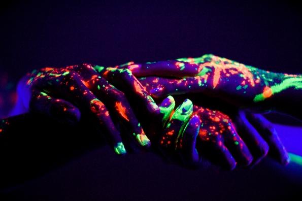 Интимна конекција потенцирана со неонски бои