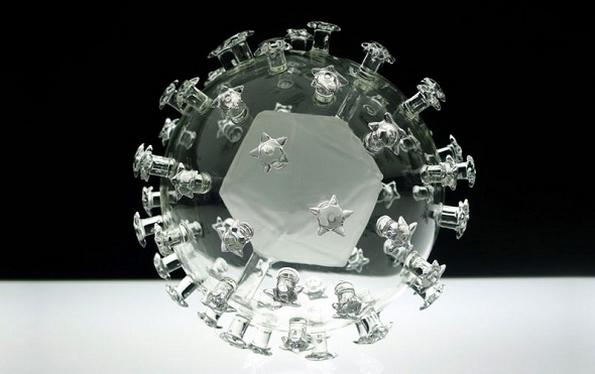Смртоносните вируси претставени како стаклени скулптури