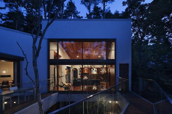 Модерен дом стратешки поставен помеѓу дрвја