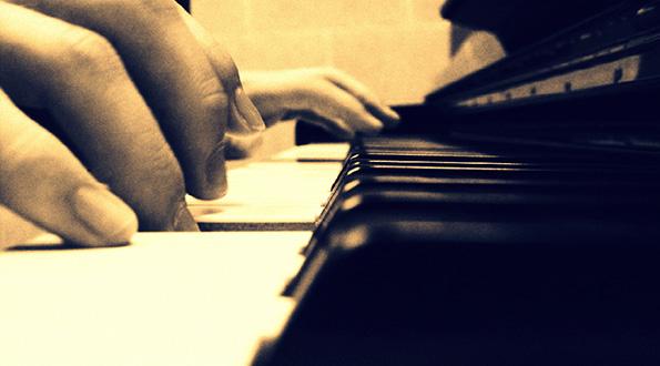 Бездомник свири на пијано, присутните трогнати до солзи