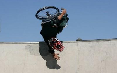 Фристајл трикови со инвалидска количка