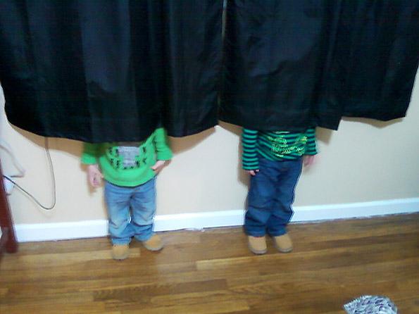 """Дечиња кои """"умешно"""" се кријат играјќи криенка"""