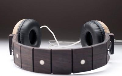 Модерни слушалки направени од остатоци од неисправни гитари