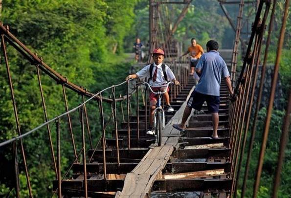 Како патуваат некои децата низ светот за да стигнат на училиште?