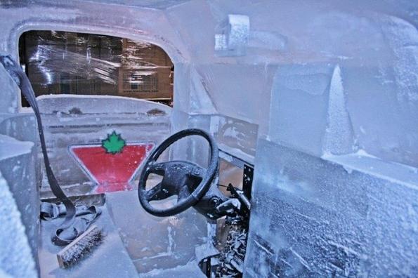 Целосно функционален камионет направен од мраз