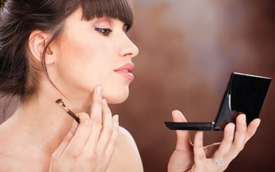 Како визуелно да го смалите подбрадокот со шминка?
