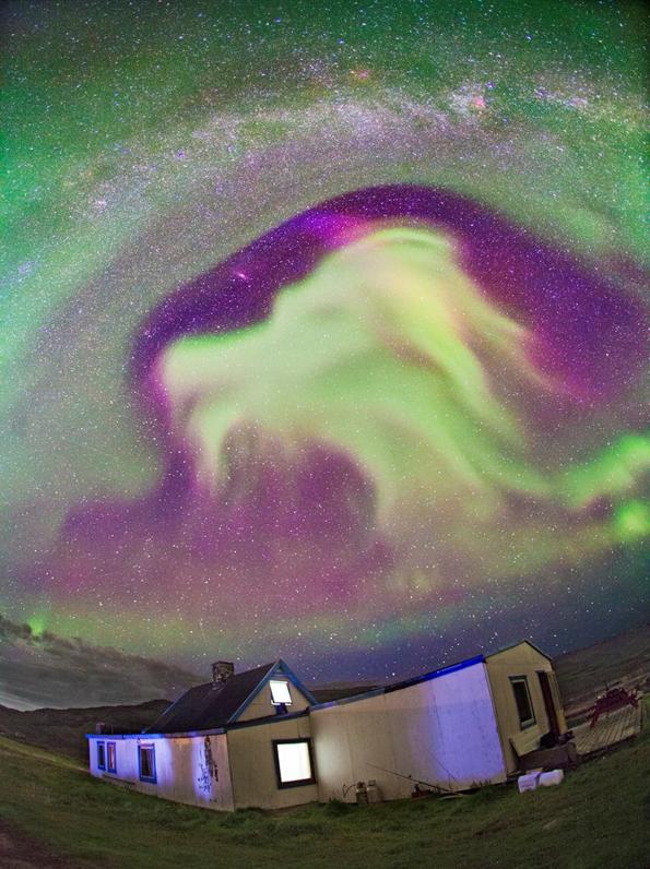Глава од змеј лебди на небото над Гренланд