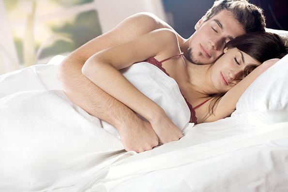 Начинот на кој спиете со партнерот зборува за вашата врска