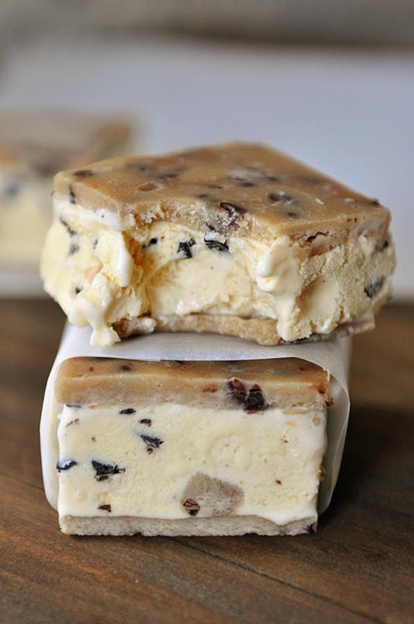 Смрзнати сендвичи со сладолед и парчиња чоколадо