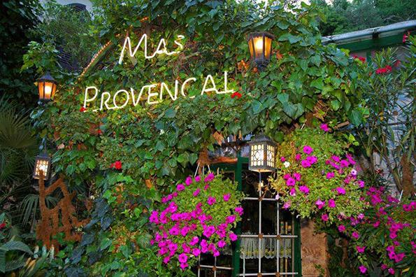 (1) Na-vechera-vo-tajna-cvetna-gradina-vo-Francija-www.kafepauza.mk