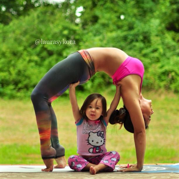 Мајка и ќерка прават импресивни фотографии додека вежбаат јога