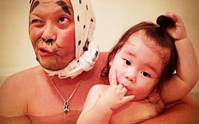 Креативен татко го претвора капењето во забавна игра со ликови