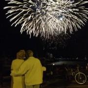 Овој пар кој сè уште знае да ужива заедно во ноќните огномети