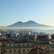 Планината Везув над пристаништето во Неапол