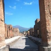 Поглед кон вилканот Везув од тесните улици на Помпеја