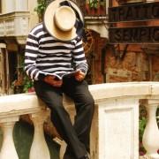 Гондолиер во Венеција праи пауза