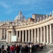 Пред влезот на базиликата Свети Петар во Ватикан