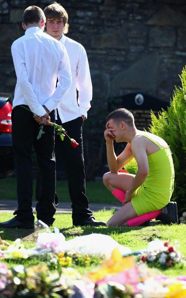 3-Ova momche nosi drech zelen fustan na pogreb. Eve zoshto...-kafepauza.mk
