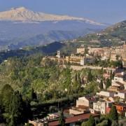 Вулканот Етна во позадина на селото Таормина