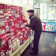 Овој човек кој сè уште вложува напор и време да ја избере совршената картичка