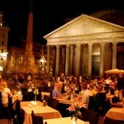 Луѓе вечераат покрај римскиот Пантеон