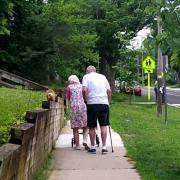 Oвој пар кој практикува долги прошетки со својата мачка