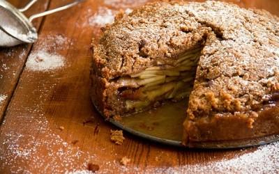 Превкусна зашеќерена торта со јаболка