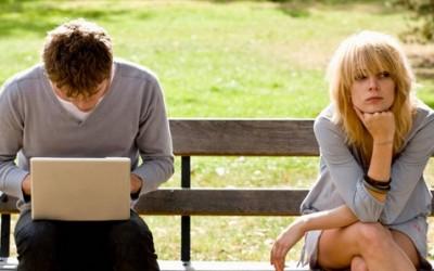 Среќните парови кои постојано постираат на Фејсбук и не се толку среќни