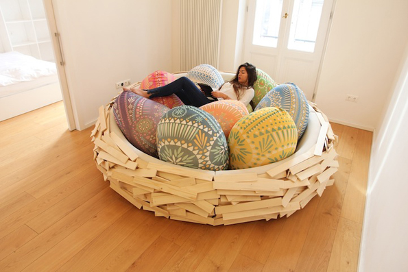 Разигран дизајн на кауч кој изгледа како огромно и удобно гнездо