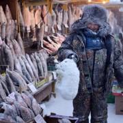 Колку и да звучи лудо, некои луѓе мора да работаат на ладното надвор за да можат да преживеат, како што е овој рибар.