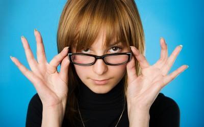 10 трикови што треба да ги знаат сите кои носат очила