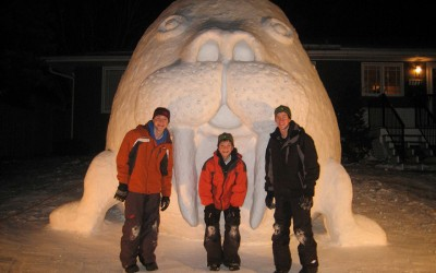 Секоја година овие браќа прават џиновски фигури од снег