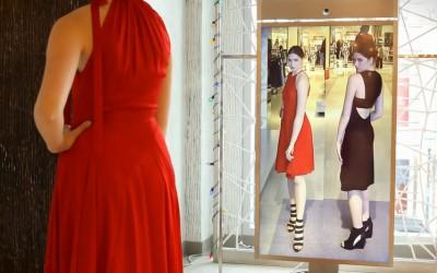 """Дигитално огледало ви овозможува да """"пробувате"""" облека без да се пресоблекувате"""