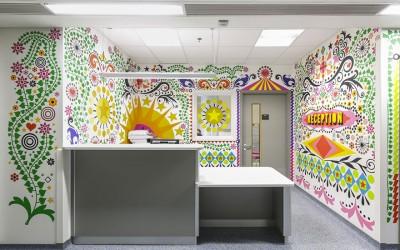 Како 15 уметници ги развеселуваат дечињата од една детска болница во Лондон?