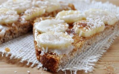 Здрав оброк: Сендвич со путер од кикирики, банана и кокос