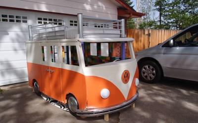 Креативен татко изградил прекрасен кревет во форма на автобус за својата ќерка